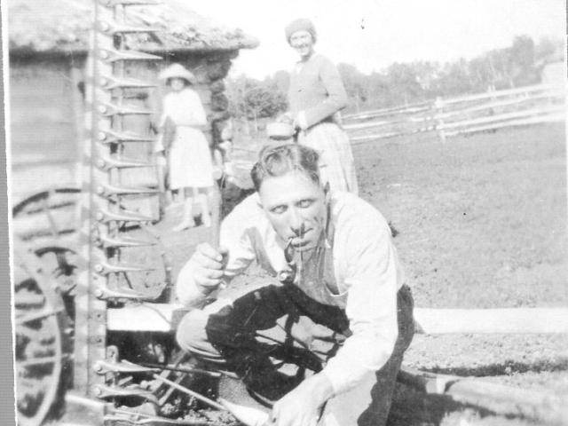 Repairing the mower - Sawula farm 1924